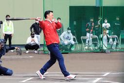 金本氏、7年ぶり打席に 高校生とリアル野球盤で対戦「少しでも思い出になったかな」