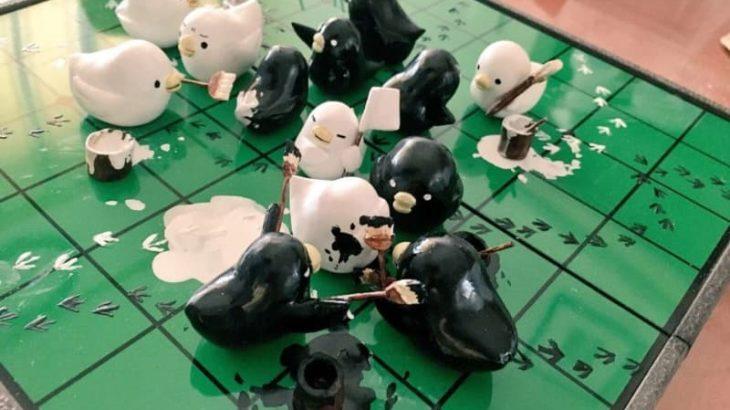 白にも黒にも勝ってほしい! 小鳥たちがわちゃわちゃ揉める「手作りオセロ」が可愛すぎる